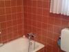 Vorher: Wanne mit gefliesten Wänden, hoher Einstieg zum Duschen